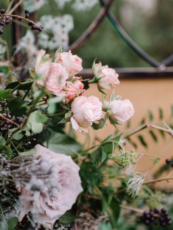 Svadebnaya-floristika-29-563x751 Цветы на свадьбу: три стиля свадебной флористики., картинка, фотография