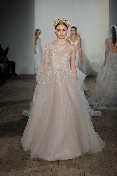 trendy-svadebnykh-platev-2019-24-374x562 Свадебное платье 2019: самые стильные тренды, картинка, фотография