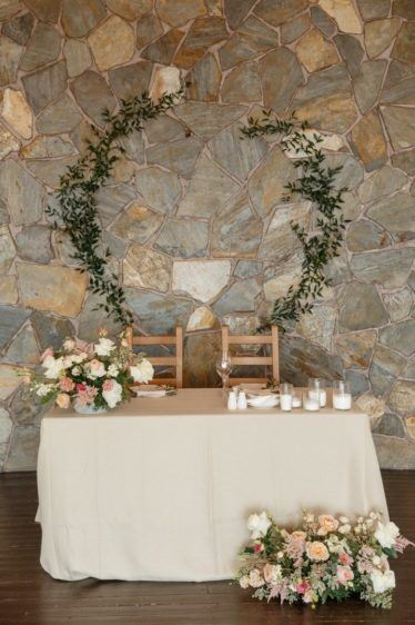 oformlenie-zala-3-1-374x562 Оформление зала для свадьбы. Разбираем по деталям, картинка, фотография